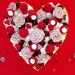 Macaron en forme de cœur photographié avec un smartphone